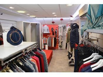 Boutique de vêtements rue principale d'Embrun (05)